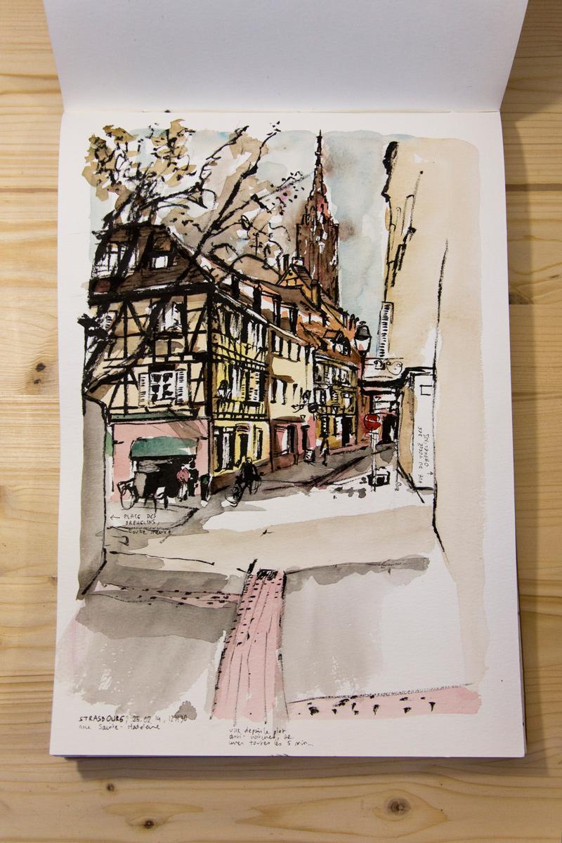 Rue Sainte-Madeleine, avec vue sur la place des Orphelins