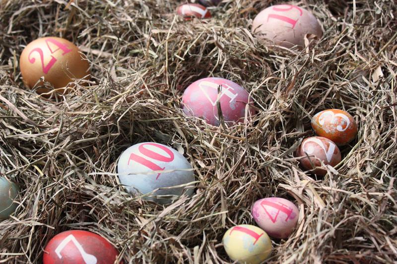 Couleurs pastels et paille pour les œufs peints.