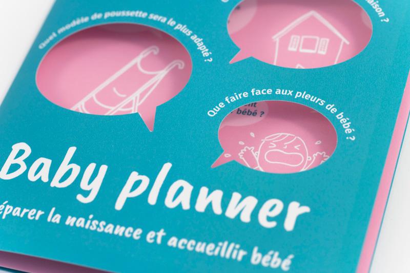 Vue de détail sur la première page du dépliant Baby planner, et sur les illustrations qui apparaissent à travers les ouvertures.