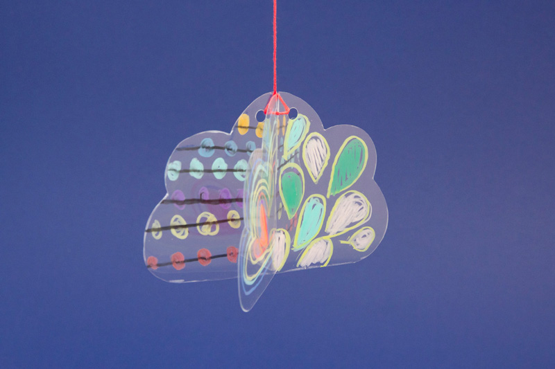 Suspension d'un nuage en volume décoré avec des STABILO woody 3in1 sur un support transparent.