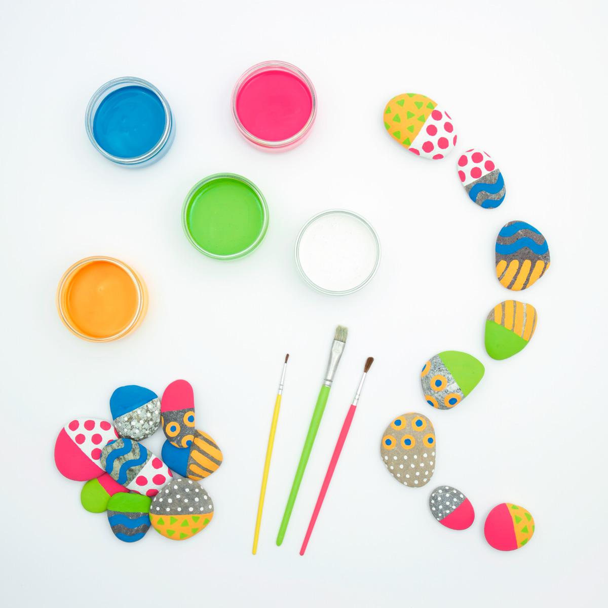 Présentation du matériel pour réaliser des dominos avec des galets peints. Bricolage pour les enfants à partir de 5 ans. Tiré de l'Atelier nature, Sandra Willauer.