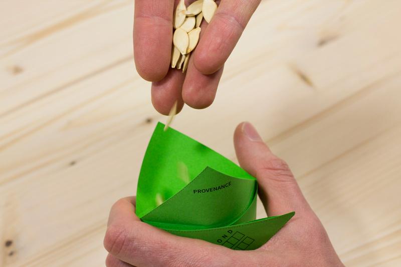 Remplir le sachet de graines