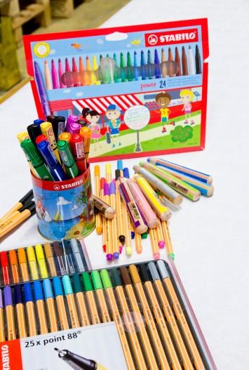 éventail du matériel mis à disposition par Stabilo pour la journée Colorful day.