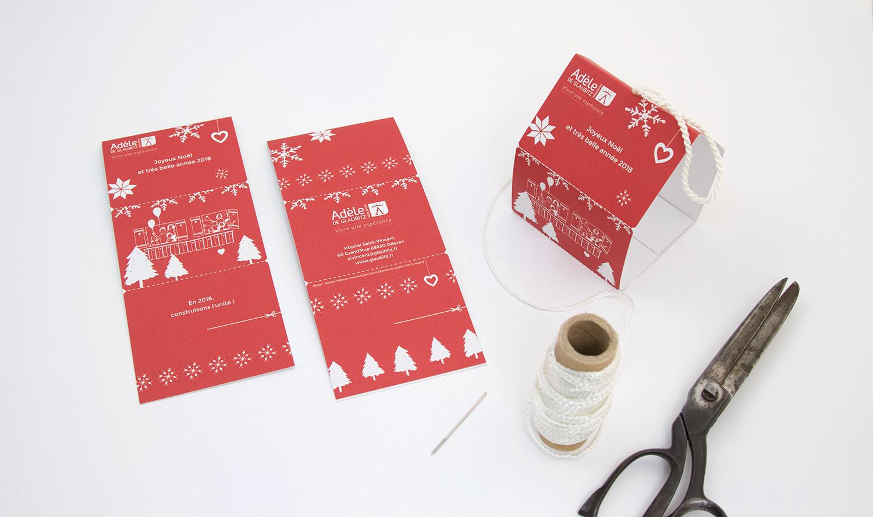 Matériel pour confectionner une suspension de Noël à partir de la carte de vœux à plier