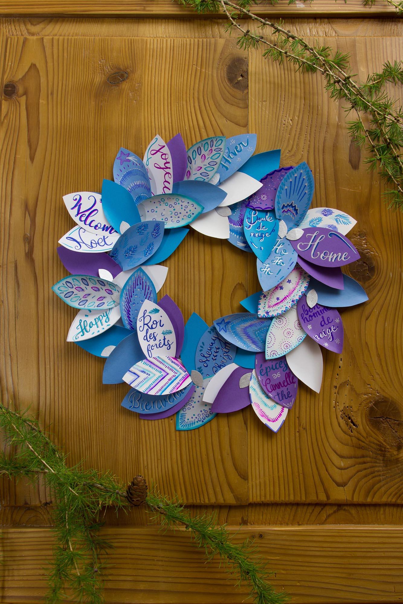 Mise en scène d'une couronne de Noël en papier décorée avec les feutres STABILO Pen 68 brush