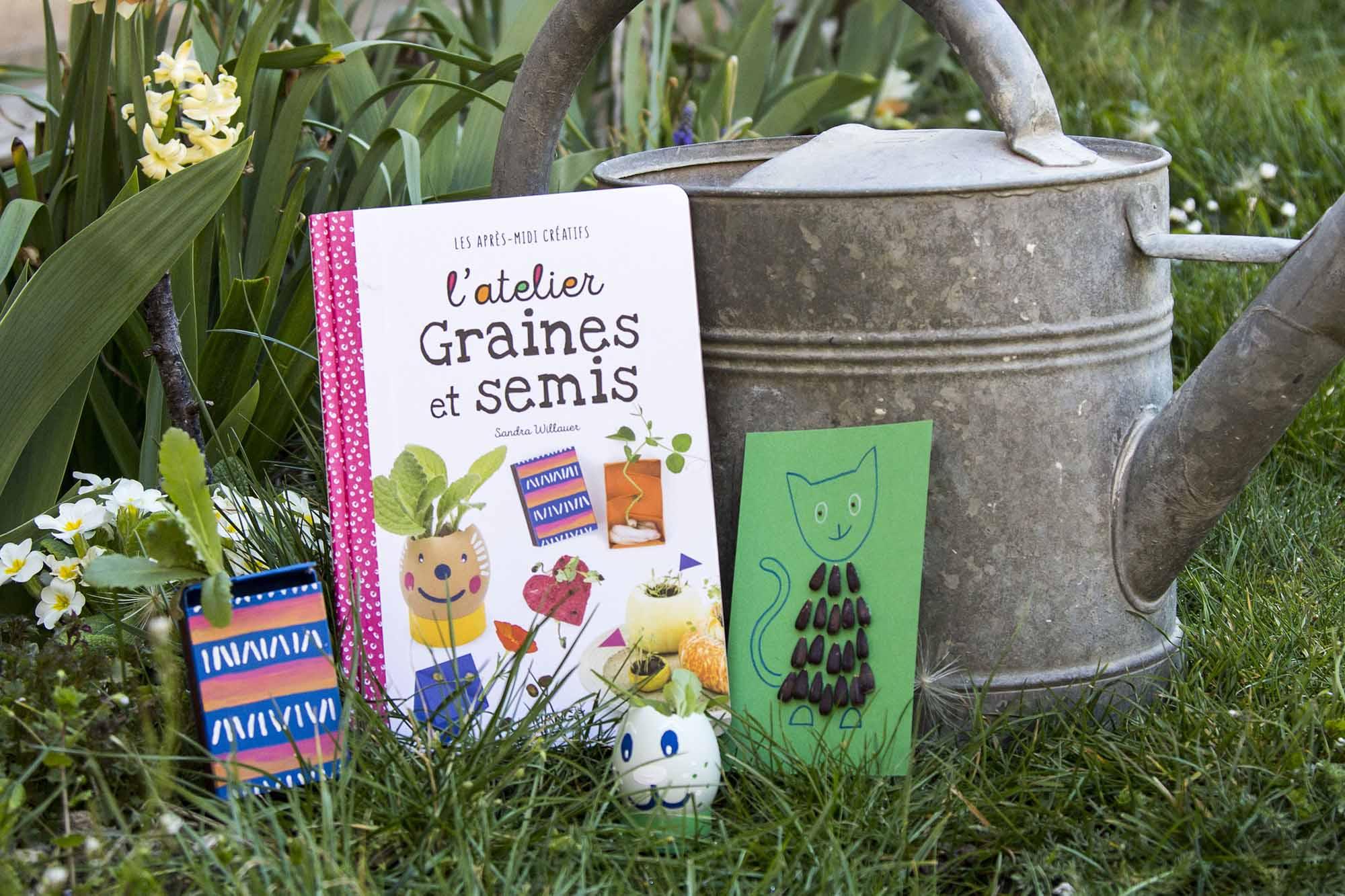 Aperçu du livre L'atelier Graines et semis dans le jardin avec quelques réalisations posées devant un arrosoir
